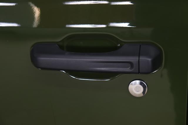 """2,0 ATX 265 MY21 Wrangler Unlimited SAHARA 4-Türer PGG 74F Sage Grünn Leder schwarz """"0MG Modell 2021 0ZT Sicherheitspaket Geschwindigkeitsregelanlage adaptiv ( Adaptive Cruise Control ) Auffahrwarnsystem ( Forward Collision Warning Plus ) 211+JPM Sitzbezüge in Leder 1CL mit Sitzheizung vorne 74F Sage Grünn AD6 LED Paket ( Serie ) AFB Dachhimmel mit zusätzlicher Geräuschdämmung² AWS Raucherkit CWA MOPAR® Allwetter-Fußmatten GCD Getönte hintere Scheiben HT3 Freedom Hardtop in Wagenfarbe LMS AUTO HIGH BEAM HEADLAMP CONTROL RC4 Alpine Premium Sound System ( Serie ) UGQ, XNY Integrierte Offroad-Kamera"""""""