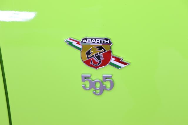 595C Competizione 1.4 T-Jet (180PS) E6D 566 - Adrenalina Grün 402 - Integral-Sportsitze Leder Schwarz (Teilflächen in Lederoptik), Verdeck Schwarz 06P, 15X, 230, 4H5, 4YG, 505, 626, 732, 9SV