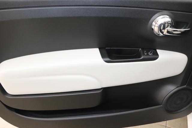 """500C 1.0 GSE Hybrid Star Serie 8 51kW (69PS) 268 - Gelato Weiß """"298 Stoff """"Star"""" mit Einsätzen aus Vinyl Schwarz mit Einsatz Weiß Ambiente schwarz Farbe Türeinsatz Weiß Farbe Armaturenbrett Bordeaux Matt Verdeckfarbe Rot"""" 5CA, 508"""
