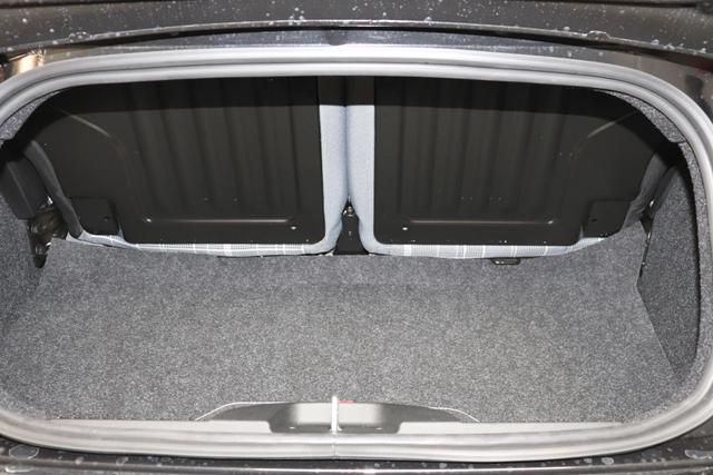 """500C 1.0 GSE Hybrid Lounge Serie 8 51kW (69PS)876 - Vesuvio Schwarz 031 Stoff Prince of Wales Schwarz-Grau-Weiß/Ambiente Schwarz/Verdeck Rot """"06P Tech Paket; Parksensoren hinten, Licht&Regensensor 097 Nebelscheinwerfer 5CE Vesuvio Schwarz 626 Verstellbarer Sitz 7QC Uconnect™ Navigationssystem Mit Europakarte Und 7""""""""-hd-touchs """""""
