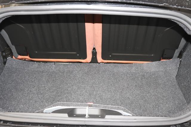 """595C Competizione 1.4 T-Jet (180PS) E6D 876 - Scorpione Schwarz (Metallic-Lackierung) 495 - Integral-Sportsitze Leder Braun/Schwarz (Teilflächen in Lederoptik), Verdeck Schwarz """"06P CITY PAKET 230 Bi-Xenon Scheinwerfer 4YG Beats® Audio Soundsystem 505 Kopfairbags vorne 5CE 876 - Scorpione Schwarz 5YN 17"""""""" Leichtmetallfelgen Design """"Formula"""" 14-Speichen Finish Titan 626 verstellbarer Sitz 6WW Seitenstreifen in Grau 727 Leder Braun 9SV Gutschrift Bmc Sportluftfilter Und Tankdeckel Aus Aluminium"""""""