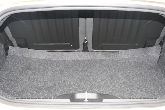 """595C Competizione 1.4 T-Jet (180PS) E6D 227 - Iridato Weiß 402 - Integral-Sportsitze Leder Schwarz (Teilflächen in Lederoptik), Verdeck Schwarz """"06P CITY PAKET 230 Bi-Xenon Scheinwerfer 4YG Beats® Audio Soundsystem 505 Kopfairbags vorne 5YN 17"""""""" Leichtmetallfelgen Design """"Formula"""" 14-Speichen Finish Titan 61P 227 - Iridato Weiß 626 Verstellbarer Sitz 732 Leder schwarz 9SV Gutschrift Bmc Sportluftfilter Und Tankdeckel Aus Aluminium"""""""