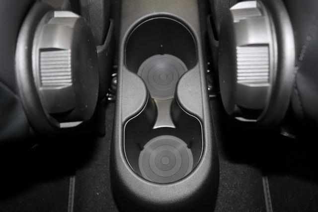 """595 Competizione 1.4 T-Jet (180PS) E6D 227 - Iridato Weiß 402 - Integral-Sportsitze Leder Schwarz (Teilflächen in Lederoptik) """"06P Urban Paket: 230 Bi-xenon Scheinwerfer 400 Skydome 407 Dualogic 4YG Beats® Audio Soundsystem 505 Kopfairbags vorne 5YN 17"""""""" Leichtmetallfelgen Design """"Formula"""" 14-Speichen Finish Titan 61P 227 - Iridato Weiß 626, 6GD Radioantenne im hinteren Seitenfenster 732 Integral-Sportsitze Leder Schwarz 83Y Brembo®"""" Schwarz lackiert 9SV Gutschrift Bmc Sportluftfilter Und Tankdeckel Aus Aluminium"""""""