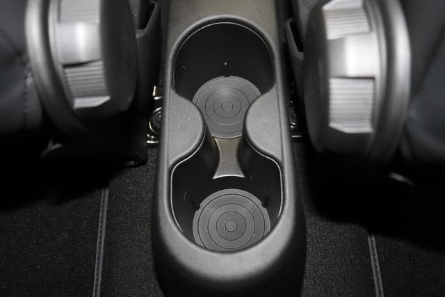 """595C Competizione 1.4 T-Jet (180PS) E6D 176 - Abarth Rot 402 - Integral-Sportsitze Leder Schwarz (Teilflächen in Lederoptik), Verdeck Schwarz """"06P CITY PAKET 230 Bi-Xenon Scheinwerfer 4YG Beats® Audio Soundsystem 505 Kopfairbags vorne 5HM Kit Estetico Weiß 5CL Abarth Rot 626 Verstellbarer Sitz 732 Leder schwarz 9SV Gutschrift Bmc Sportluftfilter Und Tankdeckel Aus Aluminium"""""""
