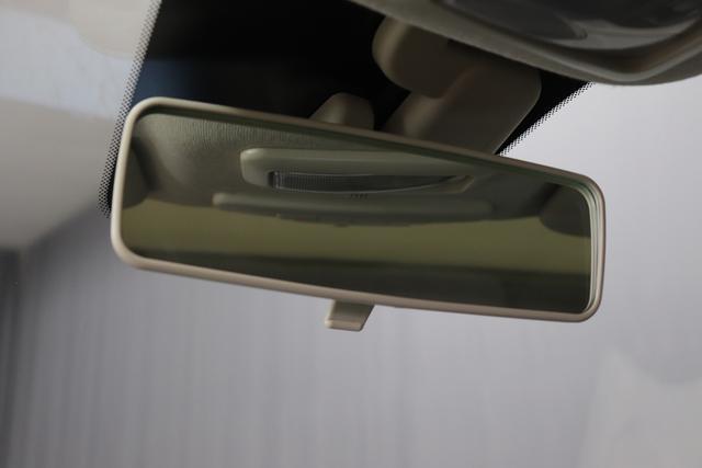 """1.0 GSE N3 500 Lounge BSG Hybrid 6GANG 687 Dipinto di Blu Blau 374 Stoff/Vinyl Prince of Wales Schwarz-Weiß-Elfenbein/ Ambiente Elfenbein / Farbe Türeinsatz Schwarz / Farben Armaturenbrett Wagenfarbe (incl 05F) """"4MQ Sport Chrome line Lounge (Verchromte Seitenscheibenverkleidungen, verchromtes Auspuffende, verchromte Türgriffverkleidung, verchromte Stoßfängereinsätze, verchromtes Schaltzubehör) 803 Notrad 097 Nebelscheinwerfer 4M5 Seitenschutzleisten in Wagenfarbe inklusive Badges 665 Raucherpaket 06Q COMFORT PAKET (Rückbank mit geteilt umlegbarer Rückenlehne (50:50) + höhenverstellbarer Fahrersitz + Tasche auf der Rückseite des Beifahrersitzes + Fußmatten (2 Stück vorne) 05F Lounge Kit - Chromspange um den Kühlergrill + Stoffsitze """"Prince of Wales"""" mit Einsätzen aus Viny 508 Parksensoren hinten 347 Licht und Regensensor 400 SkyDome 140 Klimaautomatik 7QC Uconnect™ NAV Navigationssystem mit Europarkarte und digitalem Audioempfang DAB"""""""