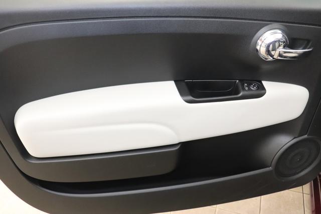 """1.0 GSE N3 500C Cabrio Star BSG Hybrid 6GANG 866 Opera Bordeaux Metallic """"198 Stoff """"Star"""" Schwarz mit Einsatz Weiß AMBIENTE SCHWARZ Farbe Türeinsatz Weiß Farbe Armaturenbrett Bordeaux Matt Verdeckfarbe Schwarz"""" """"140 Klimaautomatik 7QC Uconnect™ NAV Navigationssystem mit Europarkarte und digitalem Audioempfang DAB 347 Licht und Regensensor 396 Fußmatten Velour vorne sind drin ! 4VU Lederschaltknauf 070 Fensterscheiben hinten, getönt 925 Windschott (nur für 5ooC) 1LR 16 Zoll mit 12 Doppelspeichen 4GF 7 Zoll TFT Display 097 Nebelscheinwerfer 508 PDC hinten 665 Raucher Paket"""""""