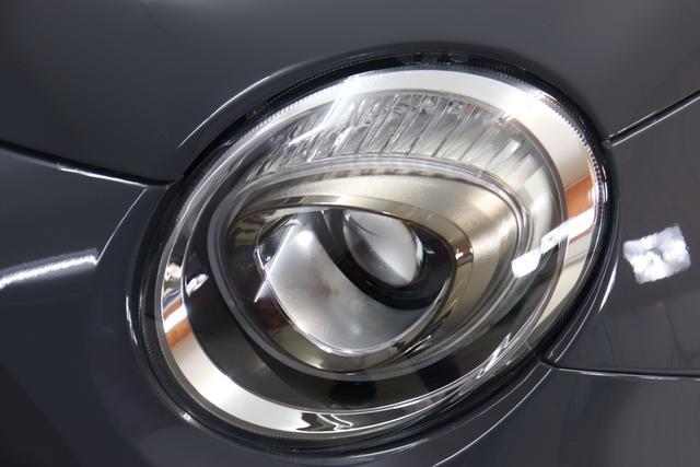 """1.0 GSE N3 500C Cabrio Star BSG Hybrid 6GANG Re 6.4. 735 Tech House Grey """"073 Stoff """"Star"""" Schwarz mit Einsatz Weiß / AMBIENT SCHWARZ / Farbe Türeinsatz Weiß Farbe Armaturenbrett Bordeaux Matt Verdeckfarbe GRAU """" """"140 Klimaautomatik 7QC Uconnect™ NAV Navigationssystem mit Europarkarte und digitalem Audioempfang DAB 347 Licht und Regensensor 396 Fußmatten Velour vorne sind drin ! 4VU Lederschaltknauf 070 Fensterscheiben hinten, getönt 925 Windschott (nur für 5ooC) 1LR 16 Zoll mit 12 Doppelspeichen 4GF 7 Zoll TFT Display 097 Nebelscheinwerfer 508 PDC hinten 665 Raucher Paket"""""""