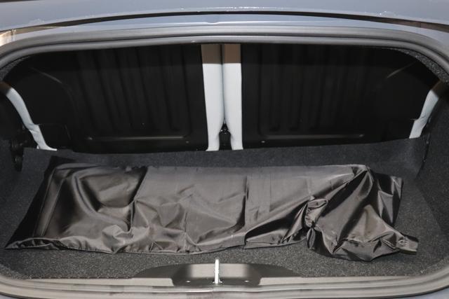 """1.0 GSE N3 500C Cabrio Star BSG Hybrid 6GANG Re 6.4. bez. 23.4. 735 Tech House Grey """"298 Stoff """"Star"""" mit Einsätzen aus Vinyl Schwarz mit Einsatz Weiß AMBIENTE SCHWARZ Farbe Türeinsatz Weiß Farbe Armaturenbrett Bordeaux Matt Verdeckfarbe Rot"""" """"140 Klimaautomatik 7QC Uconnect™ NAV Navigationssystem mit Europarkarte und digitalem Audioempfang DAB 347 Licht und Regensensor 396 Fußmatten Velour vorne sind drin ! 4VU Lederschaltknauf 070 Fensterscheiben hinten, getönt 925 Windschott (nur für 5ooC) 1LR 16 Zoll mit 12 Doppelspeichen 4GF 7 Zoll TFT Display 097 Nebelscheinwerfer 508 PDC hinten 665 Raucher Paket"""""""