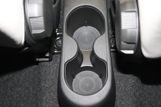 """1.0 GSE N3 500C Cabrio Star BSG Hybrid 6GANG Re 6.4. bez. 23.4. 268 Weiß """"298 Stoff """"Star"""" mit Einsätzen aus Vinyl Schwarz mit Einsatz Weiß AMBIENTE SCHWARZ Farbe Türeinsatz Weiß Farbe Armaturenbrett Bordeaux Matt Verdeckfarbe Rot"""" """"140 Klimaautomatik 7QC Uconnect™ NAV Navigationssystem mit Europarkarte und digitalem Audioempfang DAB 347 Licht und Regensensor 396 Fußmatten Velour vorne sind drin ! 4VU Lederschaltknauf 070 Fensterscheiben hinten, getönt 925 Windschott (nur für 5ooC) 1LR 16 Zoll mit 12 Doppelspeichen 4GF 7 Zoll TFT Display 097 Nebelscheinwerfer 508 PDC hinten 665 Raucher Paket"""""""