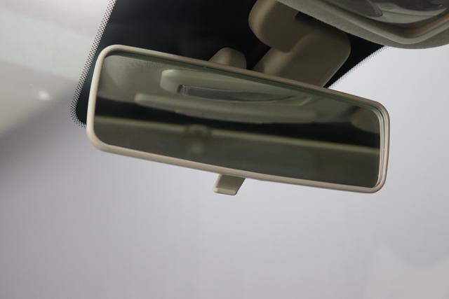 """1.0 GSE N3 500 Lounge BSG Hybrid 6GANG 876 Crossover Black 374 Stoff/Vinyl Prince of Wales Schwarz-Weiß-Elfenbein/ Ambiente Elfenbein / Farbe Türeinsatz Schwarz / Farben Armaturenbrett Wagenfarbe (incl 05F) """"4MQ Sport Chrome line Lounge (Verchromte Seitenscheibenverkleidungen, verchromtes Auspuffende, verchromte Türgriffverkleidung, verchromte Stoßfängereinsätze, verchromtes Schaltzubehör) 803 Notrad 097 Nebelscheinwerfer 4M5 Seitenschutzleisten in Wagenfarbe inklusive Badges 665 Raucherpaket 06Q COMFORT PAKET (Rückbank mit geteilt umlegbarer Rückenlehne (50:50) + höhenverstellbarer Fahrersitz + Tasche auf der Rückseite des Beifahrersitzes + Fußmatten (2 Stück vorne) 05F Lounge Kit - Chromspange um den Kühlergrill + Stoffsitze """"Prince of Wales"""" mit Einsätzen aus Viny 508 Parksensoren hinten 347 Licht und Regensensor 400 SkyDome 140 Klimaautomatik 7QC Uconnect™ NAV Navigationssystem mit Europarkarte und digitalem Audioempfang DAB"""""""
