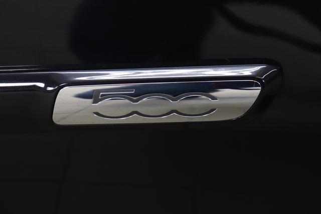 """1.0 GSE N3 500C Cabrio Star BSG Hybrid 6GANG Re 6.4. 876 Vesuvio Schwarz """"298 Stoff """"Star"""" mit Einsätzen aus Vinyl Schwarz mit Einsatz Weiß AMBIENTE SCHWARZ Farbe Türeinsatz Weiß Farbe Armaturenbrett Bordeaux Matt Verdeckfarbe Rot"""" """"140 Klimaautomatik 7QC Uconnect™ NAV Navigationssystem mit Europarkarte und digitalem Audioempfang DAB 347 Licht und Regensensor 396 Fußmatten Velour vorne sind drin ! 4VU Lederschaltknauf 070 Fensterscheiben hinten, getönt 925 Windschott (nur für 5ooC) 1LR 16 Zoll mit 12 Doppelspeichen 4GF 7 Zoll TFT Display 097 Nebelscheinwerfer 508 PDC hinten 665 Raucher Paket"""""""