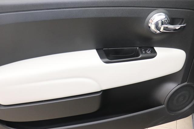 """1.0 GSE N3 500C Cabrio Star BSG Hybrid 6GANG Re 6.4. 735 Tech House Grey """"626 Stoff """"Star"""" mit Einsätzen aus Vinyl Weiss mit Einsätzen in Schwarz AMBIENTE SCHWARZ Farbe Türeinsatz Weiß Farbe Armaturenbrett Perla Sandweiß Verdeckfarbe Rot"""" """"140 Klimaautomatik 7QC Uconnect™ NAV Navigationssystem mit Europarkarte und digitalem Audioempfang DAB 347 Licht und Regensensor 396 Fußmatten Velour vorne sind drin ! 4VU Lederschaltknauf 070 Fensterscheiben hinten, getönt 925 Windschott (nur für 5ooC) 1LR 16 Zoll mit 12 Doppelspeichen 4GF 7 Zoll TFT Display 097 Nebelscheinwerfer 508 PDC hinten 665 Raucher Paket"""""""
