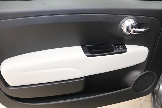 """1.0 GSE N3 500C Cabrio Star BSG Hybrid 6GANG Re 6.4. 695 Pompei Grau """"626 Stoff """"Star"""" mit Einsätzen aus Vinyl Weiss mit Einsätzen in Schwarz AMBIENTE SCHWARZ Farbe Türeinsatz Weiß Farbe Armaturenbrett Perla Sandweiß Verdeckfarbe Rot"""" """"140 Klimaautomatik 7QC Uconnect™ NAV Navigationssystem mit Europarkarte und digitalem Audioempfang DAB 347 Licht und Regensensor 396 Fußmatten Velour vorne sind drin ! 4VU Lederschaltknauf 070 Fensterscheiben hinten, getönt 925 Windschott (nur für 5ooC) 1LR 16 Zoll mit 12 Doppelspeichen 4GF 7 Zoll TFT Display 097 Nebelscheinwerfer 508 PDC hinten 665 Raucher Paket"""""""