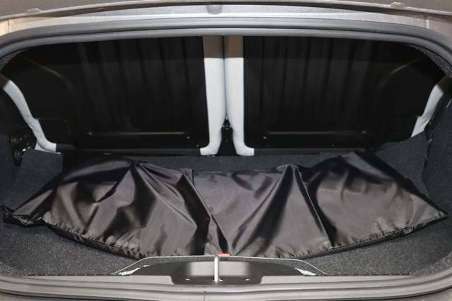 """1.0 GSE N3 500C Cabrio Star BSG Hybrid 6GANG Re 6.4. 695 Pompei Grau """"298 Stoff """"Star"""" mit Einsätzen aus Vinyl Schwarz mit Einsatz Weiß AMBIENTE SCHWARZ Farbe Türeinsatz Weiß Farbe Armaturenbrett Bordeaux Matt Verdeckfarbe Rot"""" """"140 Klimaautomatik 7QC Uconnect™ NAV Navigationssystem mit Europarkarte und digitalem Audioempfang DAB 347 Licht und Regensensor 396 Fußmatten Velour vorne sind drin ! 4VU Lederschaltknauf 070 Fensterscheiben hinten, getönt 925 Windschott (nur für 5ooC) 1LR 16 Zoll mit 12 Doppelspeichen 4GF 7 Zoll TFT Display 097 Nebelscheinwerfer 508 PDC hinten 665 Raucher Paket"""""""