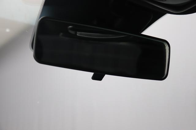 """1.0 GSE N3 500 Lounge BSG Hybrid 6GANG 876 Crossover Black 030 Stoff Prince of Wales Schwarz-Grau-Weiß/ Ambiente Schwarz / Farbe Türeinsatz Schwarz / Farben Armaturenbrett Wagenfarbe """"4MQ Sport Chrome line Lounge (Verchromte Seitenscheibenverkleidungen, verchromtes Auspuffende, verchromte Türgriffverkleidung, verchromte Stoßfängereinsätze, verchromtes Schaltzubehör) 803 Notrad 097 Nebelscheinwerfer 4M5 Seitenschutzleisten in Wagenfarbe inklusive Badges 665 Raucherpaket 06Q COMFORT PAKET (Rückbank mit geteilt umlegbarer Rückenlehne (50:50) + höhenverstellbarer Fahrersitz + Tasche auf der Rückseite des Beifahrersitzes + Fußmatten (2 Stück vorne) 05F Lounge Kit - Chromspange um den Kühlergrill + Stoffsitze """"Prince of Wales"""" mit Einsätzen aus Viny 508 Parksensoren hinten 347 Licht und Regensensor 400 SkyDome 140 Klimaautomatik 7QC Uconnect™ NAV Navigationssystem mit Europarkarte und digitalem Audioempfang DAB"""""""