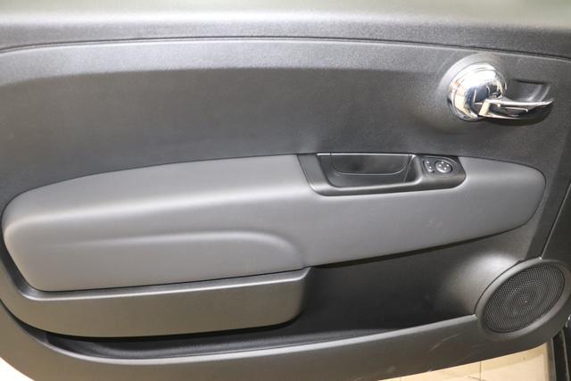"""1.0 GSE N3 500C Cabrio Star BSG Hybrid 6GANG 876 Vesuvio Schwarz """"453 Leder Poltrona FRAU® Schwarz mit Einsatz Elefenbein Ambiente Elfenbein Farbe Türeinsatz schwarz Farbe Armaturenbrett Bordeaux Matt Verdeck Rot"""" """"140 Klimaautomatik 7QC Uconnect™ NAV Navigationssystem mit Europarkarte und digitalem Audioempfang DAB 347 Licht und Regensensor 396 Fußmatten Velour vorne sind drin ! 4VU Lederschaltknauf 070 Fensterscheiben hinten, getönt 925 Windschott (nur für 5ooC) 1LR 16 Zoll mit 12 Doppelspeichen 4GF 7 Zoll TFT Display 097 Nebelscheinwerfer 508 PDC hinten 665 Raucher Paket 4YG Beats® Audio Soundsystem """""""