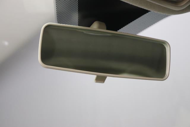 """1.0 GSE N3 500 Lounge BSG Hybrid 6GANG 735 Tech House Grey 374 Stoff/Vinyl Prince of Wales Schwarz-Weiß-Elfenbein/ Ambiente Elfenbein / Farbe Türeinsatz Schwarz / Farben Armaturenbrett Wagenfarbe (incl 05F) """"4MQ Sport Chrome line Lounge (Verchromte Seitenscheibenverkleidungen, verchromtes Auspuffende, verchromte Türgriffverkleidung, verchromte Stoßfängereinsätze, verchromtes Schaltzubehör) 803 Notrad 097 Nebelscheinwerfer 4M5 Seitenschutzleisten in Wagenfarbe inklusive Badges 665 Raucherpaket 06Q COMFORT PAKET (Rückbank mit geteilt umlegbarer Rückenlehne (50:50) + höhenverstellbarer Fahrersitz + Tasche auf der Rückseite des Beifahrersitzes + Fußmatten (2 Stück vorne) 508 Parksensoren hinten 05F Lounge Kit - Chromspange um den Kühlergrill + Stoffsitze """"Prince of Wales"""" mit Einsätzen aus Viny"""""""