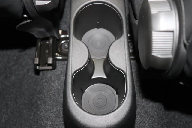 """1.0 GSE N3 500 Star BSG Hybrid 6GANG 372 Colosseo Grau """"138 Stoff """"Star"""" mit Einsätzen aus Vinyl Schwarz mit Einsatz Weiß Ambiente schwarz Farbe Türeinsatz schwarz Farbe Armaturenbrett Perla Sandweiß"""" """"140 Klimaautomatik 7QC Uconnect™ NAV Navigationssystem mit Europarkarte und digitalem Audioempfang DAB 347 Licht und Regensensor 396 Fußmatten Velour vorne sind drin ! 4VU Lederschaltknauf 070 Fensterscheiben hinten, getönt 1LR 16 Zoll mit 12 Doppelspeichen 4GF 7 Zoll TFT Display 097 Nebelscheinwerfer 508 PDC hinten """""""