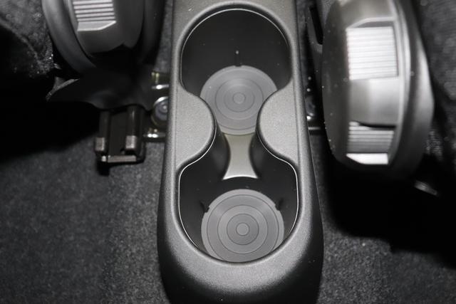 """1.0 GSE N3 500 Lounge BSG Hybrid 6GANG 111 Passione Rot 030 Stoff Prince of Wales Schwarz-Grau-Weiß/ Ambiente Schwarz / Farbe Türeinsatz Schwarz / Farben Armaturenbrett Wagenfarbe """"4MQ Sport Chrome line Lounge (Verchromte Seitenscheibenverkleidungen, verchromtes Auspuffende, verchromte Türgriffverkleidung, verchromte Stoßfängereinsätze, verchromtes Schaltzubehör) 803 Notrad 097 Nebelscheinwerfer 4M5 Seitenschutzleisten in Wagenfarbe inklusive Badges 665 Raucherpaket 06Q COMFORT PAKET (Rückbank mit geteilt umlegbarer Rückenlehne (50:50) + höhenverstellbarer Fahrersitz + Tasche auf der Rückseite des Beifahrersitzes + Fußmatten (2 Stück vorne) 05F Lounge Kit - Chromspange um den Kühlergrill + Stoffsitze """"Prince of Wales"""" mit Einsätzen aus Viny 508 Parksensoren hinten 347 Licht und Regensensor 400 SkyDome 140 Klimaautomatik 7QC Uconnect™ NAV Navigationssystem mit Europarkarte und digitalem Audioempfang DAB"""""""
