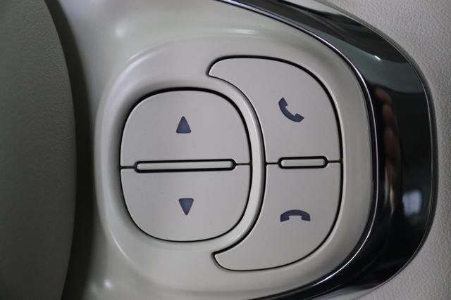 """1.0 GSE N3 500 Lounge BSG Hybrid 6GANG 372 Colosseo Grau 374 Stoff/Vinyl Prince of Wales Schwarz-Weiß-Elfenbein/ Ambiente Elfenbein / Farbe Türeinsatz Schwarz / Farben Armaturenbrett Wagenfarbe (incl 05F) """"4MQ Sport Chrome line Lounge (Verchromte Seitenscheibenverkleidungen, verchromtes Auspuffende, verchromte Türgriffverkleidung, verchromte Stoßfängereinsätze, verchromtes Schaltzubehör) 803 Notrad 097 Nebelscheinwerfer 4M5 Seitenschutzleisten in Wagenfarbe inklusive Badges 665 Raucherpaket 06Q COMFORT PAKET (Rückbank mit geteilt umlegbarer Rückenlehne (50:50) + höhenverstellbarer Fahrersitz + Tasche auf der Rückseite des Beifahrersitzes + Fußmatten (2 Stück vorne) 05F Lounge Kit - Chromspange um den Kühlergrill + Stoffsitze """"Prince of Wales"""" mit Einsätzen aus Viny 508 Parksensoren hinten 347 Licht und Regensensor 400 SkyDome 140 Klimaautomatik 7QC Uconnect™ NAV Navigationssystem mit Europarkarte und digitalem Audioempfang DAB"""""""