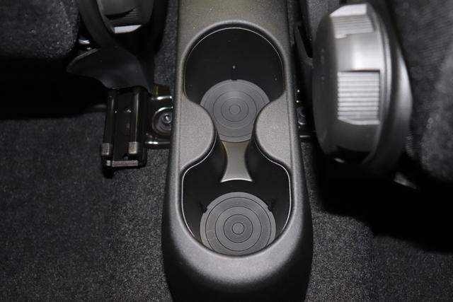 """1.0 GSE N3 500 Lounge BSG Hybrid 6GANG 687 Dipinto di Blu Blau 030 Stoff Prince of Wales Schwarz-Grau-Weiß/ Ambiente Schwarz / Farbe Türeinsatz Schwarz / Farben Armaturenbrett Wagenfarbe """"4MQ Sport Chrome line Lounge (Verchromte Seitenscheibenverkleidungen, verchromtes Auspuffende, verchromte Türgriffverkleidung, verchromte Stoßfängereinsätze, verchromtes Schaltzubehör) 803 Notrad 097 Nebelscheinwerfer 4M5 Seitenschutzleisten in Wagenfarbe inklusive Badges 665 Raucherpaket 06Q COMFORT PAKET (Rückbank mit geteilt umlegbarer Rückenlehne (50:50) + höhenverstellbarer Fahrersitz + Tasche auf der Rückseite des Beifahrersitzes + Fußmatten (2 Stück vorne) 05F Lounge Kit - Chromspange um den Kühlergrill + Stoffsitze """"Prince of Wales"""" mit Einsätzen aus Viny 508 Parksensoren hinten 347 Licht und Regensensor 400 SkyDome 140 Klimaautomatik 7QC Uconnect™ NAV Navigationssystem mit Europarkarte und digitalem Audioempfang DAB"""""""
