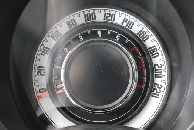 """1.0 GSE N3 500 Lounge BSG Hybrid 6GANG 866 Opera Bordeaux Metallic 030 Stoff Prince of Wales Schwarz-Grau-Weiß/ Ambiente Schwarz / Farbe Türeinsatz Schwarz / Farben Armaturenbrett Wagenfarbe """"4MQ Sport Chrome line Lounge (Verchromte Seitenscheibenverkleidungen, verchromtes Auspuffende, verchromte Türgriffverkleidung, verchromte Stoßfängereinsätze, verchromtes Schaltzubehör) 803 Notrad 097 Nebelscheinwerfer 4M5 Seitenschutzleisten in Wagenfarbe inklusive Badges 665 Raucherpaket 06Q COMFORT PAKET (Rückbank mit geteilt umlegbarer Rückenlehne (50:50) + höhenverstellbarer Fahrersitz + Tasche auf der Rückseite des Beifahrersitzes + Fußmatten (2 Stück vorne) 05F Lounge Kit - Chromspange um den Kühlergrill + Stoffsitze """"Prince of Wales"""" mit Einsätzen aus Viny 508 Parksensoren hinten 347 Licht und Regensensor 400 SkyDome 140 Klimaautomatik 7QC Uconnect™ NAV Navigationssystem mit Europarkarte und digitalem Audioempfang DAB"""""""