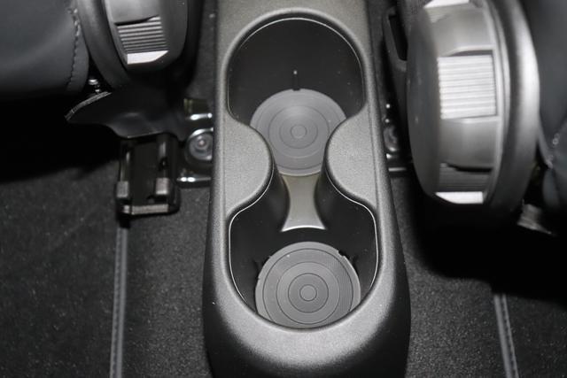 """595C Competizione 1.4 T-Jet (180PS) E6D708 - Asfalto Grau 402 - Integral-Sportsitze Leder Schwarz (Teilflächen in Lederoptik), Verdeck Schwarz """"06P Urban Paket: 230 Bi-xenon Scheinwerfer 407 Dualogic 505 Kopfairbags vorne 5YN 17"""""""" Leichtmetallfelgen Design """"Formula"""" 14-Speichen Finish Tita 626 Verstellbarer Sitz 6WW Kit Estetico Grau Matt 732 Integral-Sportsitze Leder Schwarz 802 Sonderlackierung Asfalto Grau Matt 83Y Brembo®"""" Schwarz lackiert 9SV Gutschrift Bmc Sportluftfilter Und Tankdeckel Aus Aluminium"""""""