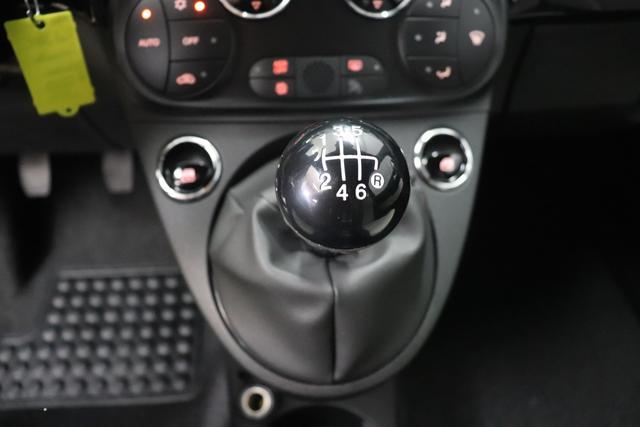 """500C DOLCEVITA 51kW (69PS) Modell 2021 -- Serie 9876 - Vesuvio Schwarz 626 - Stoff """"Star"""" mit Einsätzen aus Vinyl Weiß/Schwarz, Ambiente Schwarz, Verdeck Rot """"041 Außenspiegel, Elektrisch Verstell- Und Beheizbar In Wagenfar 140 Klimaautomatik 1LR 16""""""""-Leichtmetallfelgen 12 Doppelspeichen 20H NAVI PAKET: Uconnect™ Navigationssystem mit Europakarte,7"""""""" Touchscreen, Radio, USB, Bluetooth® und DAB+- Instrumentenanzeige als 7""""""""-TF T-Farbdisplay 4LA TECH+ PAKET: Parksensoren hinten- Licht- und Regensensor- Nebelscheinwerfer 5CE 876 - Vesuvio Schwarz 626 Höhenverstellbarer Fahrersitz 8F6 Reifenreparaturkit """"""""kit Fix&go"""""""""""""""