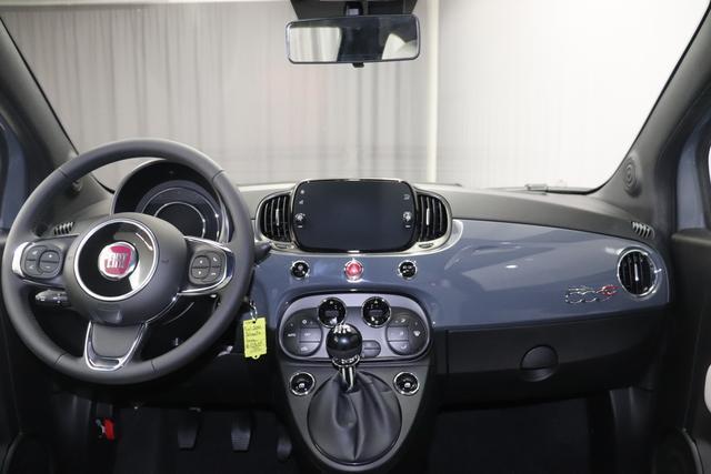 """500C DOLCEVITA 51kW (69PS) Modell 2021 -- Serie 9735 - Carrara Grau 626 - Stoff """"Star"""" mit Einsätzen aus Vinyl Weiß/Schwarz, Ambiente Schwarz, Verdeck Rot """"041 Außenspiegel, Elektrisch Verstell- Und Beheizbar In Wagenfar 140 Klimaautomatik 20H NAVI PAKET: Uconnect™ Navigationssystem mit Europakarte,7"""""""" Touchscreen, Radio, USB, Bluetooth® und DAB+- Instrumentenanzeige als 7""""""""-TF T-Farbdisplay 4LA TECH+ PAKET: Parksensoren hinten- Licht- und Regensensor- Nebelscheinwerfer 626 Höhenverstellbarer Fahrersitz 8F6 Reifenreparaturkit """"""""kit Fix&go"""""""""""""""