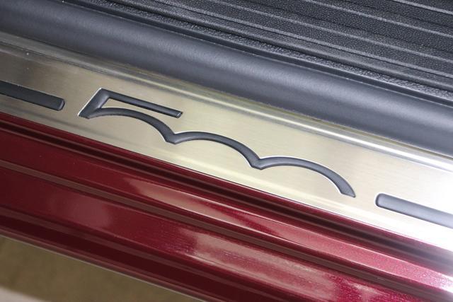 """500C DOLCEVITA 51kW (69PS) Modell 2021 -- Serie 9866 - Opera Bordeaux 838 - Stoff """"Star"""" mit Einsätzen aus Vinyl Schwarz/Weiß, Ambiente Elfenbein, Verdeck Elfenbein """"041 Außenspiegel, Elektrisch Verstell- Und Beheizbar In Wagenfar 140 Klimaautomatik 1KZ ???? 1LR 16""""""""-Leichtmetallfelgen 12 Doppelspeichen 20H NAVI PAKET: Uconnect™ Navigationssystem mit Europakarte,7"""""""" Touchscreen, Radio, USB, Bluetooth® und DAB+- Instrumentenanzeige als 7""""""""-TF T-Farbdisplay 4LA TECH+ PAKET: Parksensoren hinten- Licht- und Regensensor- Nebelscheinwerfer 626 Höhenverstellbarer Fahrersitz 8F6 Reifenreparaturkit """"""""kit Fix&go"""""""""""""""