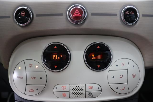 """500C DOLCEVITA 51kW (69PS) Modell 2021 -- Serie 9268 - Gelato Weiß 580 - Leder """"Dolcevita"""" Elfenbein und roten Paspeln, Ambiente Elfenbein, Verdeck Blau/Weiß """"041 Außenspiegel, Elektrisch Verstell- Und Beheizbar In Wagenfar 140 Klimaautomatik 1M1 6""""""""-Leichtmetallfelgen 12 Doppelspeichen 1Q4 4BJ, 4RR, 4ZX DOLCEVITA+ PAKET 20H NAVI PAKET: Uconnect™ Navigationssystem mit Europakarte,7"""""""" Touchscreen, Radio, USB, Bluetooth® und DAB+- Instrumentenanzeige als 7""""""""-TF T-Farbdisplay 4LA TECH+ PAKET: Parksensoren hinten- Licht- und Regensensor- Nebelscheinwerfer 5CA 268 - Gelato Weiß 626 Höhenverstellbarer Fahrersitz 8F6 Reifenreparaturkit """"""""kit Fix&go"""""""""""""""