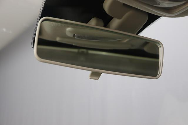 """1.0 GSE N3 500 Lounge BSG Hybrid 6GANG 735 Tech House Grey 374 Stoff/Vinyl Prince of Wales Schwarz-Weiß-Elfenbein/ Ambiente Elfenbein / Farbe Türeinsatz Schwarz / Farben Armaturenbrett Wagenfarbe (incl 05F) """"4MQ Sport Chrome line Lounge (Verchromte Seitenscheibenverkleidungen, verchromtes Auspuffende, verchromte Türgriffverkleidung, verchromte Stoßfängereinsätze, verchromtes Schaltzubehör) 803 Notrad 097 Nebelscheinwerfer 4M5 Seitenschutzleisten in Wagenfarbe inklusive Badges 665 Raucherpaket 06Q COMFORT PAKET (Rückbank mit geteilt umlegbarer Rückenlehne (50:50) + höhenverstellbarer Fahrersitz + Tasche auf der Rückseite des Beifahrersitzes + Fußmatten (2 Stück vorne) 05F Lounge Kit - Chromspange um den Kühlergrill + Stoffsitze """"Prince of Wales"""" mit Einsätzen aus Viny 508 Parksensoren hinten 347 Licht und Regensensor 400 SkyDome 140 Klimaautomatik 7QC Uconnect™ NAV Navigationssystem mit Europarkarte und digitalem Audioempfang DAB"""""""