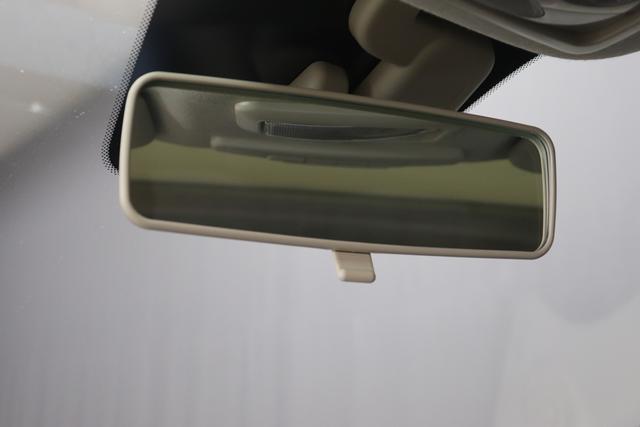 """1.0 GSE N3 500 Lounge BSG Hybrid 6GANG 866 Opera Bordeaux Metallic 374 Stoff/Vinyl Prince of Wales Schwarz-Weiß-Elfenbein/ Ambiente Elfenbein / Farbe Türeinsatz Schwarz / Farben Armaturenbrett Wagenfarbe (incl 05F) """"4MQ Sport Chrome line Lounge (Verchromte Seitenscheibenverkleidungen, verchromtes Auspuffende, verchromte Türgriffverkleidung, verchromte Stoßfängereinsätze, verchromtes Schaltzubehör) 803 Notrad 097 Nebelscheinwerfer 4M5 Seitenschutzleisten in Wagenfarbe inklusive Badges 665 Raucherpaket 06Q COMFORT PAKET (Rückbank mit geteilt umlegbarer Rückenlehne (50:50) + höhenverstellbarer Fahrersitz + Tasche auf der Rückseite des Beifahrersitzes + Fußmatten (2 Stück vorne) 05F Lounge Kit - Chromspange um den Kühlergrill + Stoffsitze """"Prince of Wales"""" mit Einsätzen aus Viny 508 Parksensoren hinten 347 Licht und Regensensor 400 SkyDome 140 Klimaautomatik 7QC Uconnect™ NAV Navigationssystem mit Europarkarte und digitalem Audioempfang DAB"""""""
