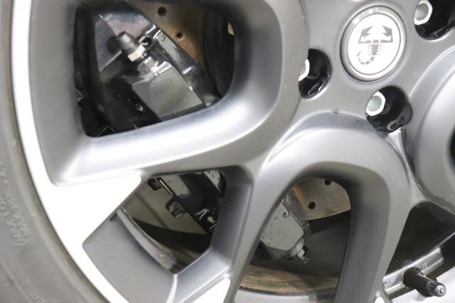 """""""595 Competizione 1.4 T-Jet 132 KW (180PS) MY20 Motordaten mit WLTP eingetragen""""343/6Y2 Scorpione Schwarz/Record GrauTrennlinie Weiß 583 - Rennsport Schalensitze """"Sabelt® GT"""" Stoff Schwarz/Grau""""06P Urban Paket 83Y cBrembo®"""" Schwarz lackiert 6GD Radioantenne im hinteren Seitenfenster 4YG Beats® Audio Soundsystem 230 Bi-Xeno 505 Kopfairbags vorne"""""""