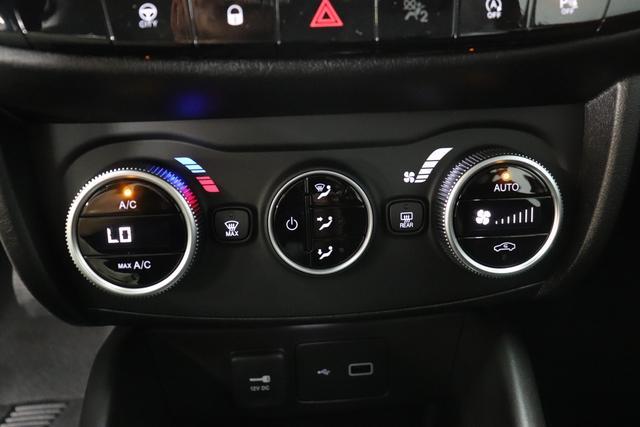 """Neuer Tipo Kombi TIPO Kombi Life 1.6 96kW (130PS)718 - Cinema Schwarz 645 - Stoff Schwarz """"0X3 Park Paket: Parksensoren hinten und vorne, Rückfahrkamera 3WR Sicherheitspaket: Totwinkelassistent, Adaptiver Geschwindigkeitsbegrenzer, Notbremsassistent 7QC Uconnect™1 7"""""""" NAV Navigationssystem mit Europakarte und digitalem Audioempfang DAB GX4 Keyless Go 7Z0 Verstellbarer Laderaumboden Serie"""""""