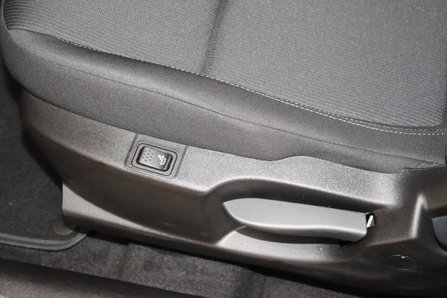 """Tipo 1.0 4 Türer City Life 74kW 168 Passione Rot Stoff Dunkle Farbe mit Einsätzen in Schwarz und Doppelnaht """"Aufpreispflichtige Optionen: 0V7 Komfort Paket: Lordosenstütze für den Fahrersitz, Mittelarmlehne hinten, Fußmatten vorne Metallic Lackierung 980 Reserverad (Reifenreparaturkit entfällt) 041 Außenspiegel elektr. verstell-und beheizbar 508 PDC hinten Klimaanlage manuell 7Q9 Uconnect Radio mit 7""""""""-HD Touchscreen, USB, Bluetooth und digitalem Audioempfang DAB+ 8EW Uconnect LINK (Smartphone Mirroring via Apple CarPlay und Android Auto) 2XR 16""""""""-Design-Stahlfelgen """""""