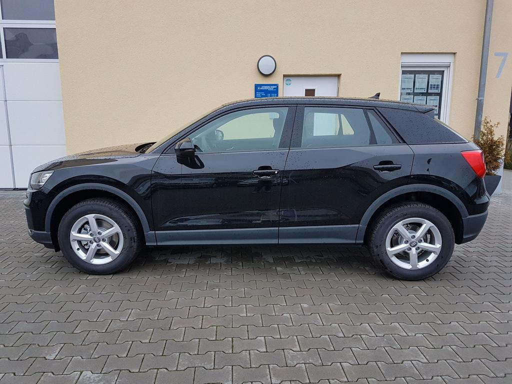 Audi / Q2 / Schwarz / Basis /  /